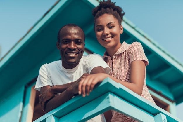 Afro-amerikaanse echtpaar rust op river beach