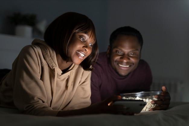 Afro-amerikaanse echtpaar samen kijken naar netflix