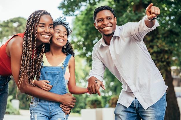Afro-amerikaanse familie genieten van een dag samen tijdens het wandelen buiten op straat