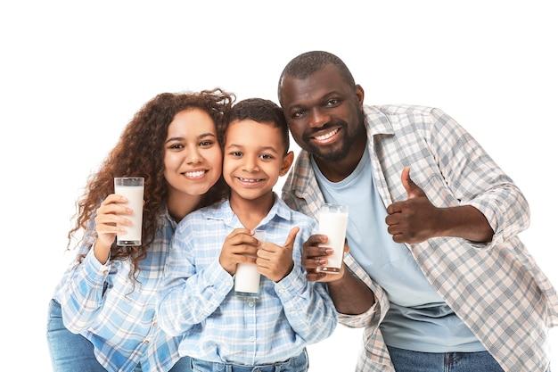 Afro-amerikaanse familie met melk op wit