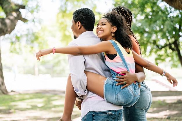 Afro-amerikaanse familie met plezier en genieten van een dag samen buiten in het park.