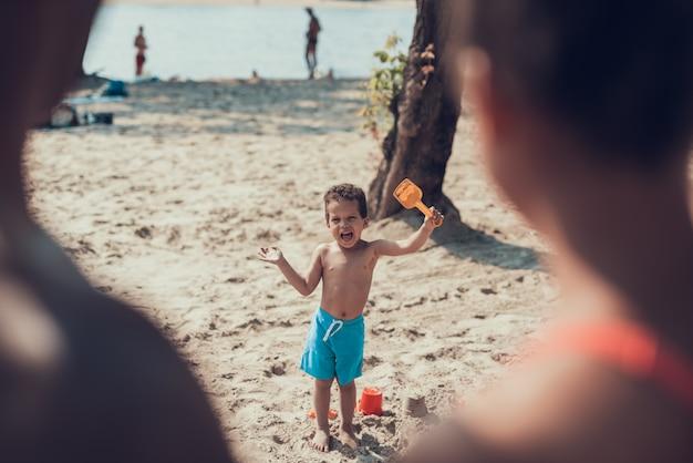 Afro-amerikaanse familie rust op het strand