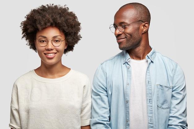 Afro-amerikaanse hipster vrienden genieten van vrije tijd