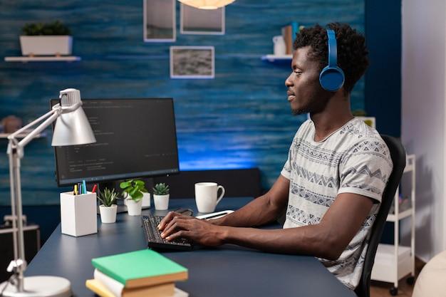 Afro-amerikaanse it-medewerker met headset die op afstand werkt vanuit huis