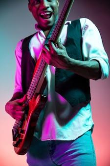 Afro-amerikaanse jazzmuzikant basgitaar spelen.