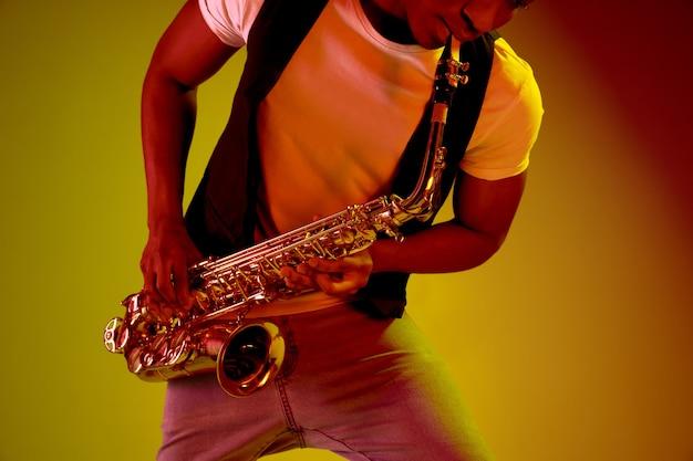 Afro-amerikaanse jazzmuzikant die saxofoon speelt