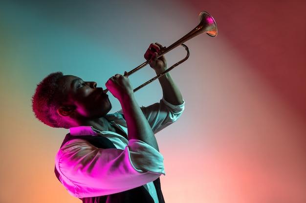 Afro-amerikaanse jazzmuzikant die trompet speelt