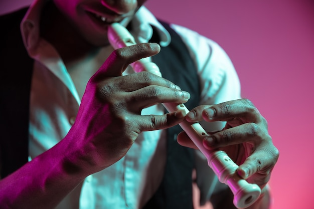 Afro-amerikaanse jazzmuzikant pijp spelen.