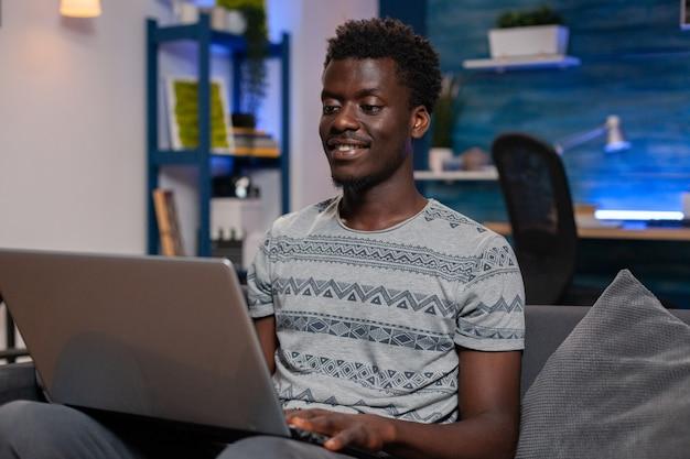 Afro-amerikaanse jonge freelancer werkt op afstand van huis bij managementproject