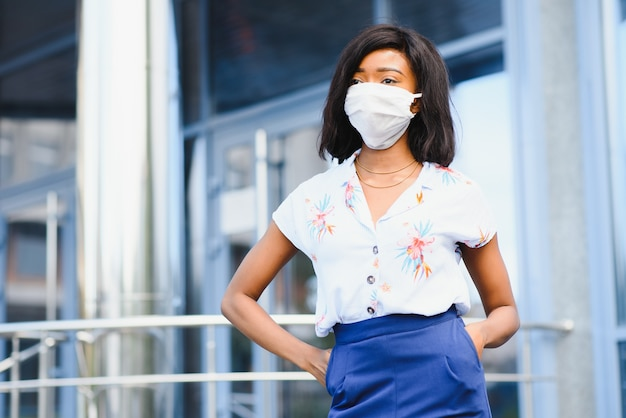 Afro-amerikaanse jonge vrijwilliger vrouw buiten gezichtsmasker dragen