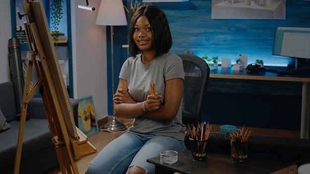 Afro-amerikaanse jonge vrouw met kleurrijke potloden