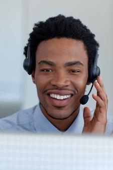 Afro-amerikaanse jonge zakenman in een call centre