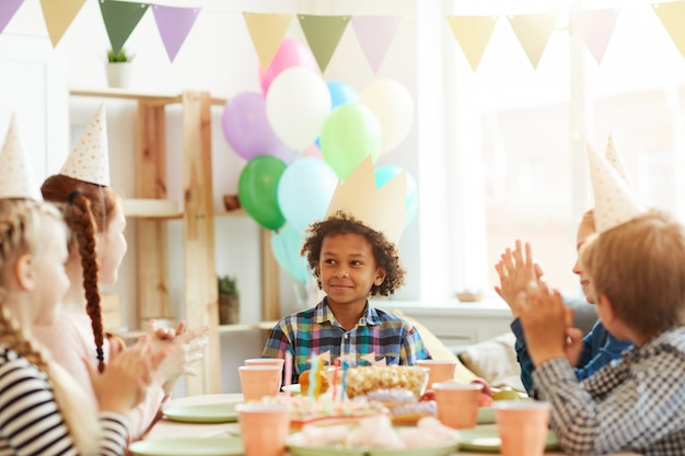 Afro-amerikaanse jongen op verjaardagsfeestje