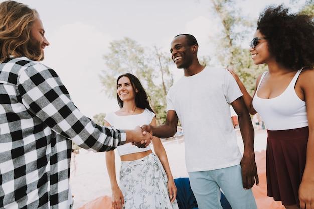 Afro-amerikaanse kaukasische vrienden handshaking.