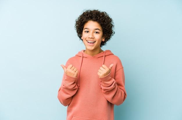 Afro-amerikaanse kleine jongen geïsoleerd beide duimen opheffen, glimlachend en zelfverzekerd.