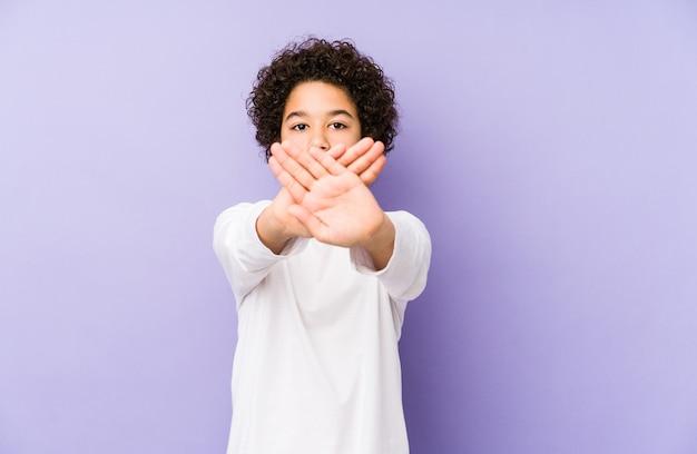 Afro-amerikaanse kleine jongen geïsoleerd doet een ontkenningsgebaar