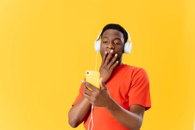 Afro-amerikaanse luisteren naar muziek met koptelefoon geïsoleerde achtergrond