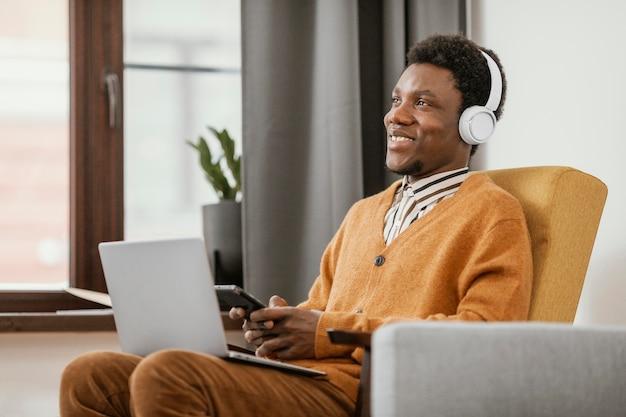 Afro-amerikaanse man aan het werk vanuit huis
