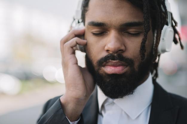 Afro-amerikaanse man die aan muziek luistert