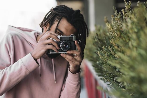 Afro-amerikaanse man die een foto neemt