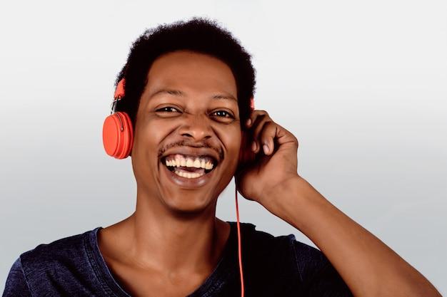 Afro-amerikaanse man die naar muziek luistert