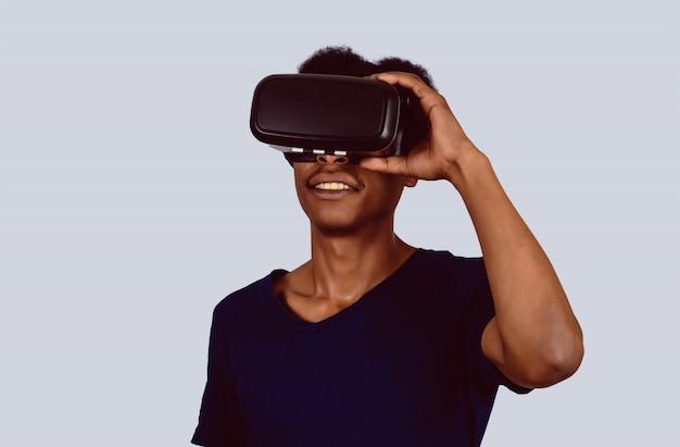 Afro-amerikaanse man die virtual reality ervaart.