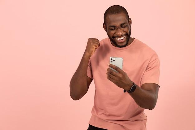 Afro-amerikaanse man die zijn smartphone controleert