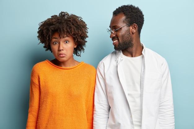 Afro-amerikaanse man en vrouw poseren