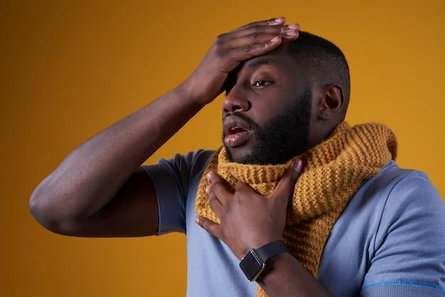 Afro-amerikaanse man heeft het koud, is ziek geïsoleerd.