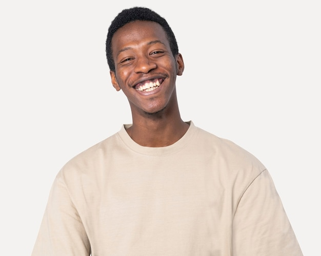 Afro-amerikaanse man in basic beige t-shirt studioshoot