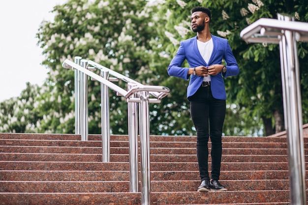 Afro-amerikaanse man in blauwe jas