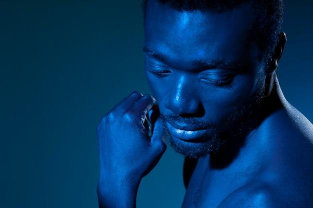 Afro-amerikaanse man in blauwe tinten
