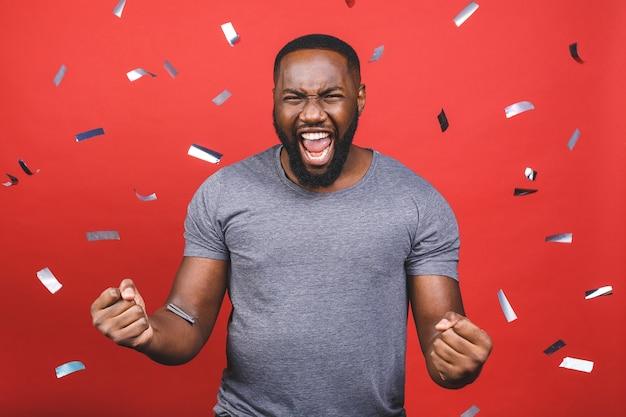 Afro-amerikaanse man in grijs t-shirt