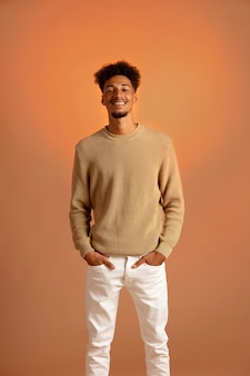 Afro-amerikaanse man in herfstomgeving