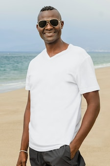 Afro-amerikaanse man in wit t-shirt op het strand
