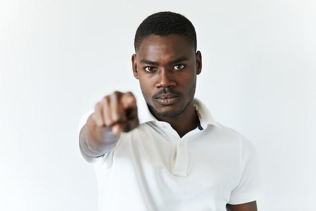 Afro-amerikaanse man in wit t-shirt