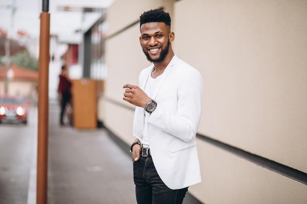Afro-amerikaanse man in witte jas