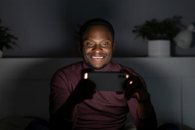 Afro-amerikaanse man kijken naar netflix binnenshuis