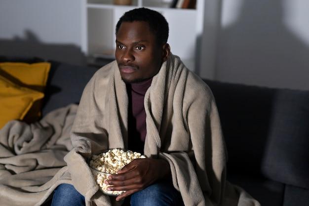 Afro-amerikaanse man kijken naar netflix thuis