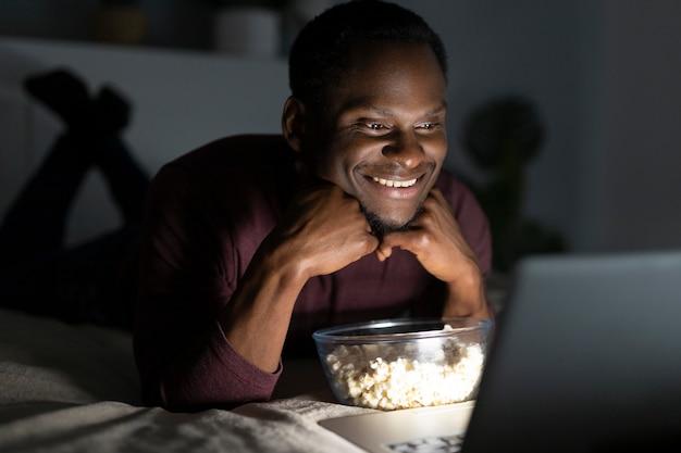 Afro-amerikaanse man kijken naar netflix