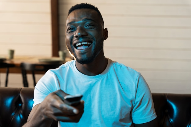 Afro-amerikaanse man kijkt naar een film op netflix