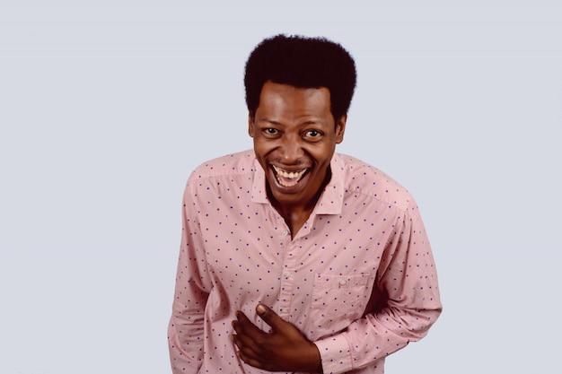Afro-amerikaanse man lachen.