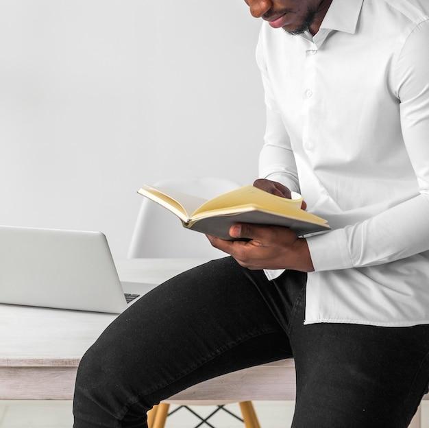 Afro-amerikaanse man lezen