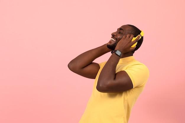 Afro-amerikaanse man luisteren naar muziek op koptelefoon