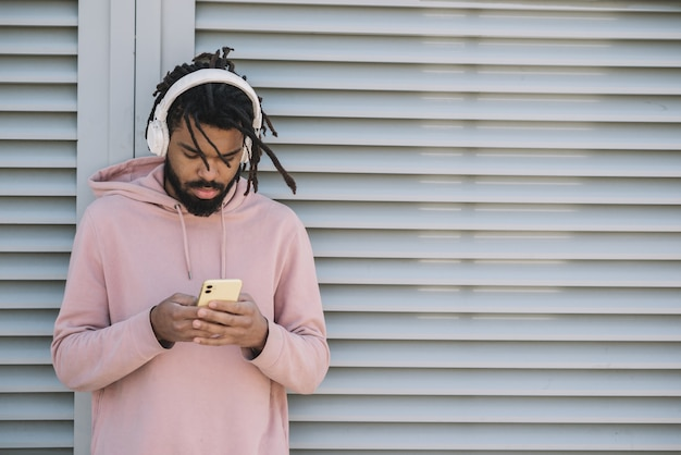 Afro-amerikaanse man luisteren naar muziek