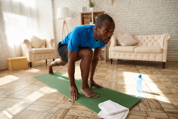 Afro-amerikaanse man maakt fysieke oefeningen.