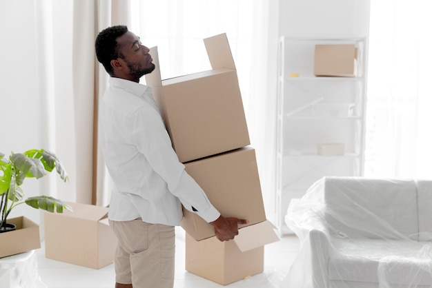 Afro-amerikaanse man maakt zijn nieuwe huis klaar om in te trekken