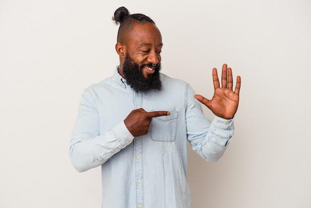 Afro-amerikaanse man met baard geïsoleerd op roze achtergrond glimlachend vrolijk met nummer vijf met vingers.