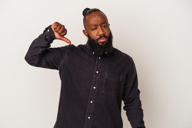 Afro-amerikaanse man met baard geïsoleerd op roze achtergrond met een afkeer gebaar, duim omlaag. onenigheid begrip.
