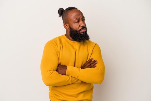 Afro-amerikaanse man met baard geïsoleerd op roze achtergrond ongelukkig in de camera kijken met sarcastische uitdrukking.